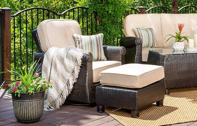Outdoor Chairs & Ottomans